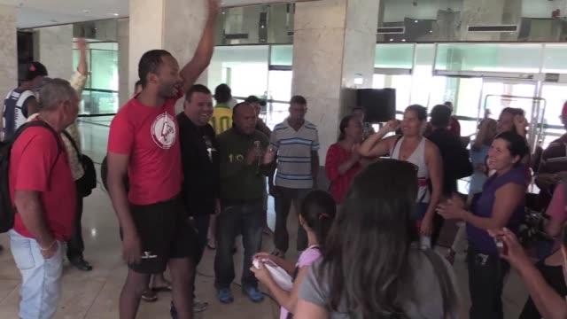 vídeos de stock e filmes b-roll de cientos de familias sin hogar en brasil ocuparon un hotel cerrado en brasilia para exigir al gobierno un lugar donde vivir - exigir