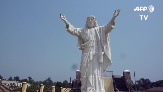 vídeos y material grabado en eventos de stock de cientos de fieles catolicos asistieron el viernes a la inauguracion en un pueblo del sudeste de nigeria de una estatua de jesus de mas de ocho metros... - viernes