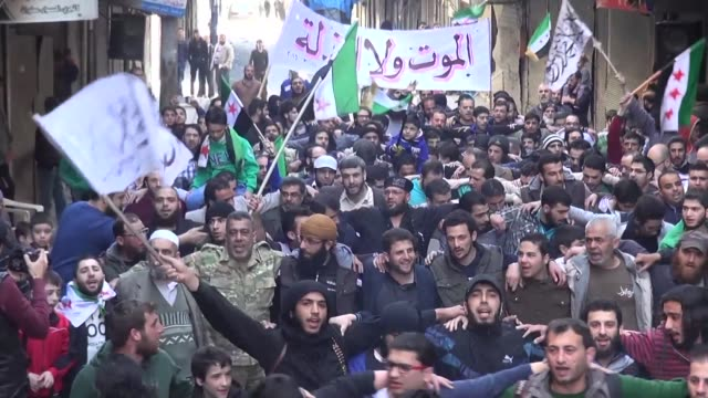 vídeos y material grabado en eventos de stock de cientos de habitantes de alepo salieron a las calles el viernes para protestar contra el regimen de bashar al asad - viernes