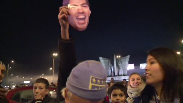 Cientos de hinchas acudieron el jueves al aeropuerto para esperar a Luis Suarez en Uruguay que regreso a casa tras ser duramente sancionado por la...