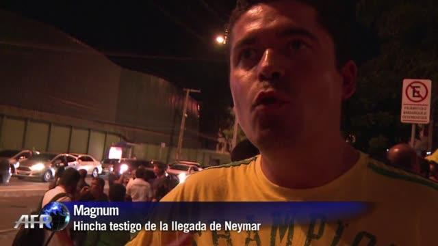 cientos de hinchas hacen guardia fuera del hospital de fortaleza rezando y dando fuerzas a su idolo neymar seriamente lesionado durante el partido de... - neymar da silva stock-videos und b-roll-filmmaterial