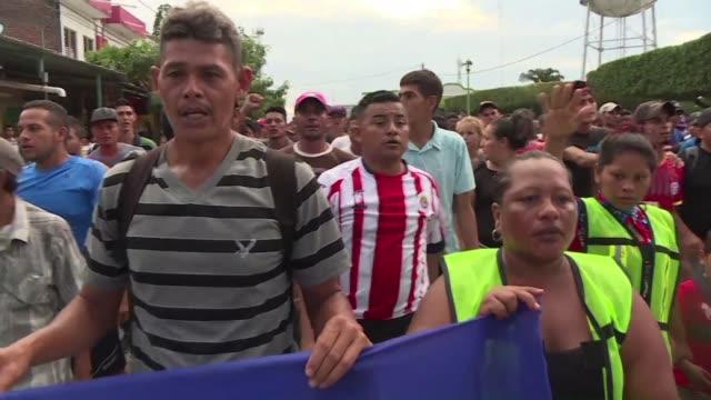 cientos de hondurenos celebraban el sabado haber entrado a mexico desde guatemala evadiendo la seguridad migratoria y se manifestaron pidiendo que... - puente stock videos & royalty-free footage