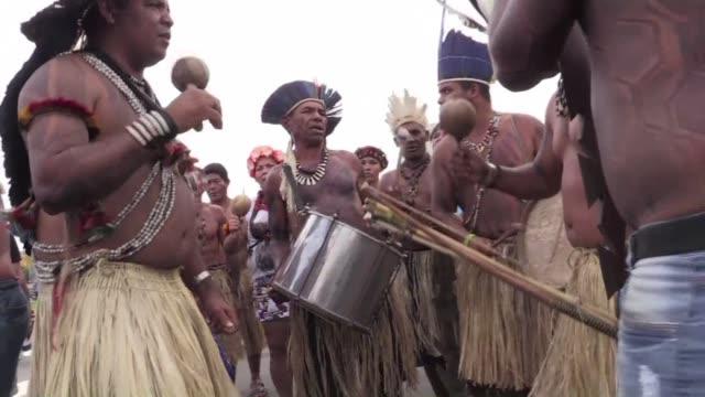 stockvideo's en b-roll-footage met cientos de indigenas de brasil acampan ante el congreso de su pais para reclamar sus tierras - agricultura