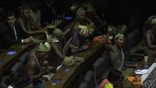 cientos de indigenas fueron homenajeados este jueves en el congreso en brasilia y aprovecharon para protestar contra un proyecto de enmienda... - congreso stock videos and b-roll footage