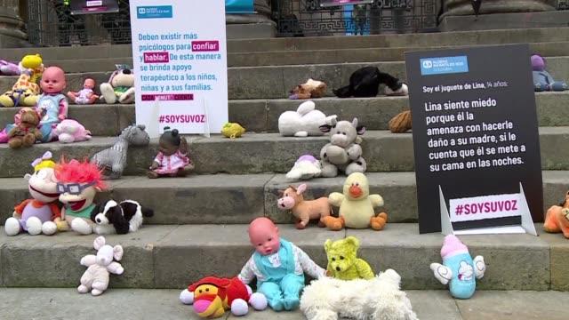 cientos de juguetes y animales de peluche fueron ubicados el martes en la entrada del congreso colombiano para concienciar sobre el abuso sexual... - entrada stock videos and b-roll footage