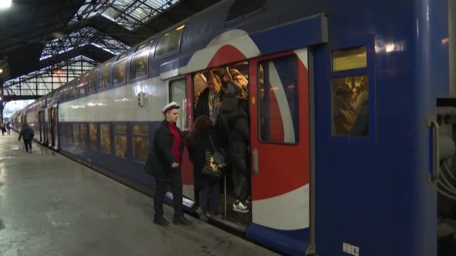 cientos de kilometros de atascos y una pesadilla con el transporte publico en paris marcaron el lunes el quinto dia de la huelga en francia contra la... - transporte stock videos & royalty-free footage