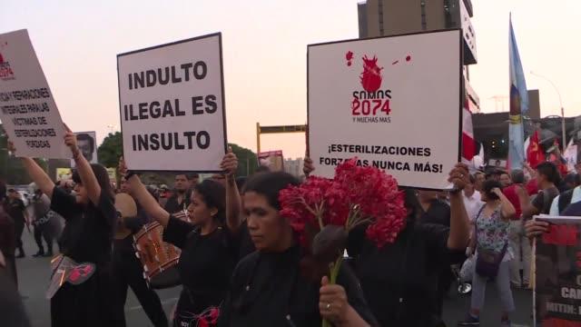 cientos de manifestantes protestaron el martes en peru contra el indulto humanitario otorgado al expresidente alberto fujimori convocados por grupos... - sindicatos stock videos & royalty-free footage