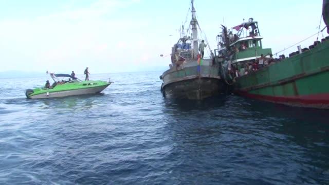 cientos de migrantes a la deriva fueron rescatados el viernes ante las costas de indonesia aunque la solucion global a esta tragedia humanitaria se... - songkhla province stock videos and b-roll footage