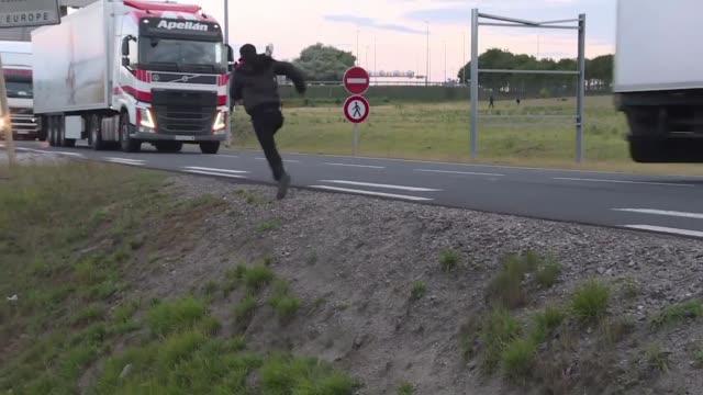 cientos de migrantes intentaron nuevamente cruzar al reino unido desde el norte de francia por el tunel del canal de la mancha en la madrugada del... - transporte bildbanksvideor och videomaterial från bakom kulisserna
