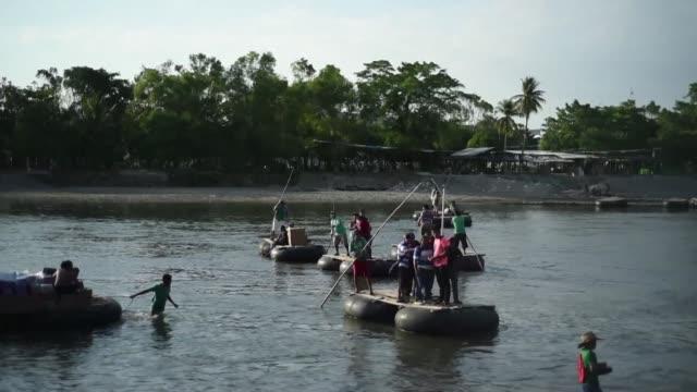 vídeos y material grabado en eventos de stock de cientos de migrantes que buscan llegar a estados unidos abarrotan el paso fronterizo de guatemala con la intencion de ingresar a mexico donde una... - ee.uu
