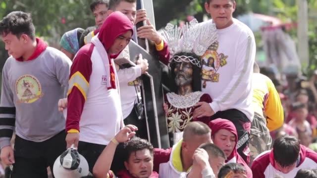 cientos de miles de fieles participaron el miercoles en manila en la procesion anual del nazareno negro con la esperanza de tocar la imagen dotada... - tocar stock videos & royalty-free footage