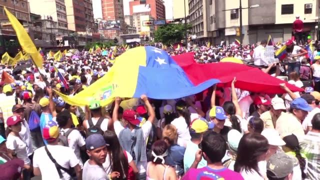 vídeos de stock e filmes b-roll de cientos de miles de opositores marchaban el jueves en caracas para exigir un referendo revocatorio contra el presidente nicolas maduro cuyos... - exigir