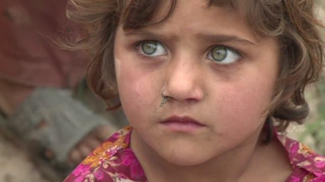 cientos de miles de pakistanies desplazados por las operaciones militares contra los talibanes suenan con volver a sus hogares pero el gobierno les... - peshawar video stock e b–roll