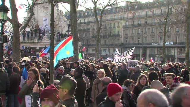cientos de miles de personas estaban ya congregadas en paris horas antes de empezar la manifestacion de homenaje a las victimas de los atentados que... - personas stock videos & royalty-free footage
