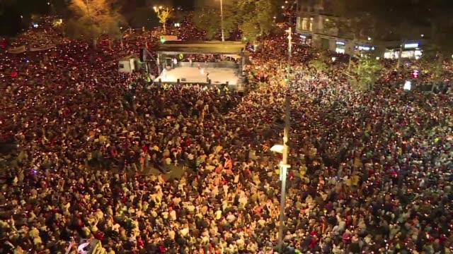 cientos de miles de personas salieron a las calles de barcelona el martes para manifestarse contra el encarcelamiento de dos influyentes lideres... - politica stock videos & royalty-free footage