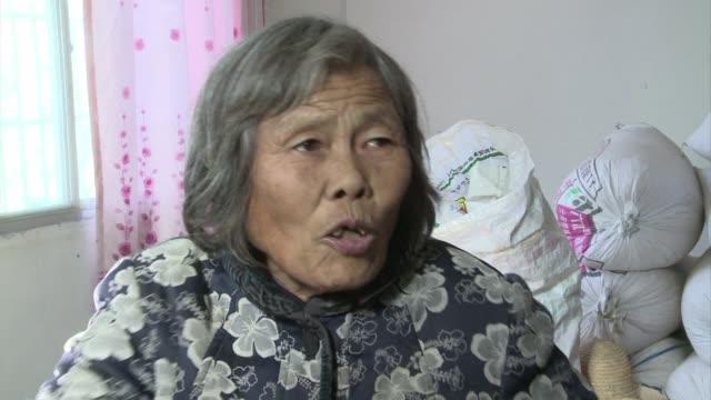 vídeos y material grabado en eventos de stock de cientos de miles de trabajadores rurales en china han sido desplazados por inmensos proyectos de ingenieria para llevar agua de sus rios a la... - llevar