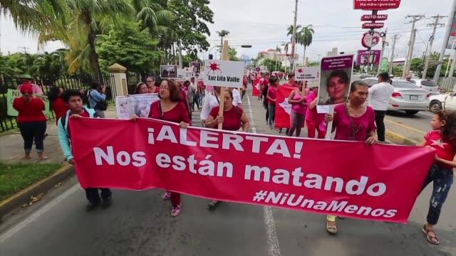Cientos de mujeres marcharon el jueves en Managua contra la violencia de genero mientras familiares y amigos sepultaban a Karla Estrada quien fue...