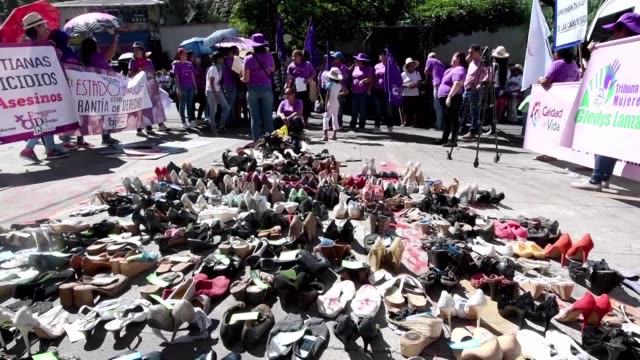 vídeos de stock e filmes b-roll de cientos de mujeres marcharon el lunes de forma paralela en honduras y el salvador para exigir que se investiguen los casos de feminicidios en sus... - exigir