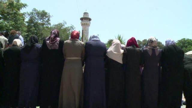 cientos de musulmanes mantuvieron el martes el boicot de la explanada de las mezquitas y volvieron a rezar en el exterior pese a que israel decidio... - entrada stock videos and b-roll footage