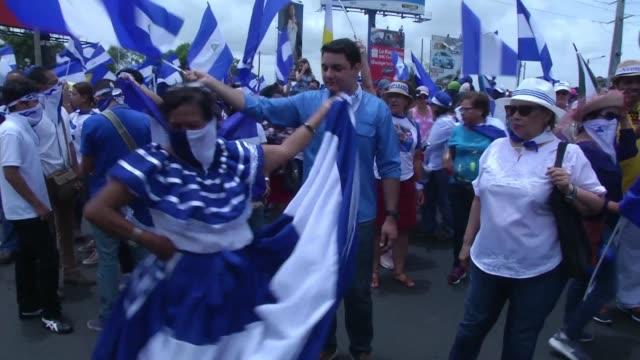 cientos de opositores marcharon en la capital de nicaragua sin importar que haya una nueva ley que los amenaza hasta con 20 anos de carcel por... - terrorismo stock videos & royalty-free footage