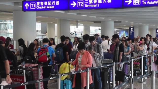 stockvideo's en b-roll-footage met cientos de pasajeros se quedaron varados el martes en el aeropuerto de hong kong donde el paso del tifon nida vacio las calles y dejo varios heridos - hong kong