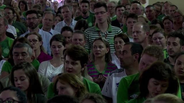 Cientos de personas acudieron a la catedral de Chapeco el miercoles para rendir homenaje a las 71 victimas del accidente aereo que hace un ano diezmo...