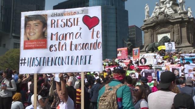 vídeos de stock e filmes b-roll de cientos de personas dedicaron el dia de las madres que se festejo el jueves en mexico para exigir a las autoridades encontrar a los miles de... - exigir