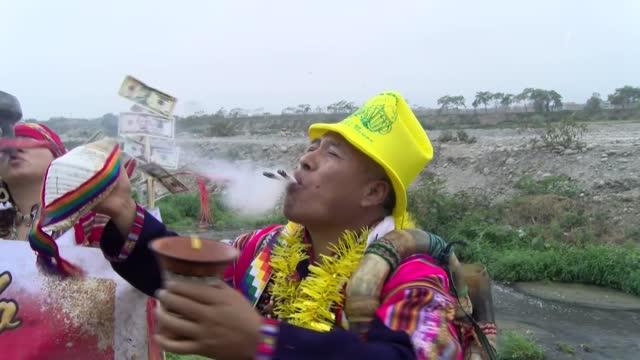 PER: Con banos de florecimiento y rituales andinos peruanos piden salud para 2021