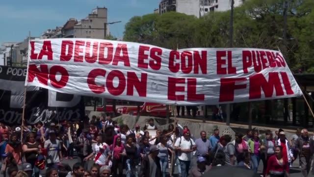 cientos de personas marcharon el jueves por el centro de buenos aires en rechazo al fondo monetario internacional organismo con el que argentina... - personas en el fondo stock videos & royalty-free footage