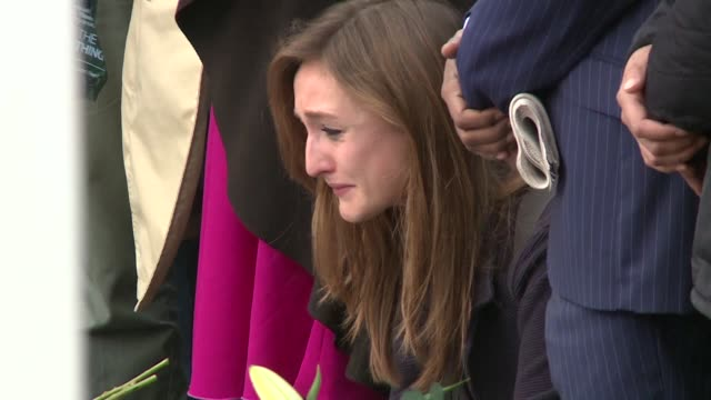 cientos de personas participaron en una vigilia en las afueras del parlamento para recordar a la diputada jo cox asesinada el jueves - jo cox politikerin stock-videos und b-roll-filmmaterial