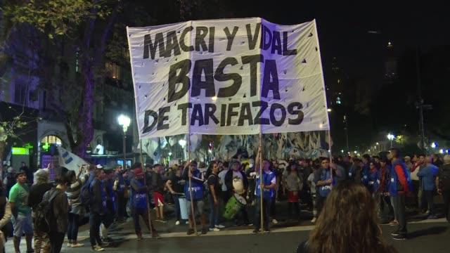 cientos de personas protestaron el miercoles en buenos aires frente al congreso argentino mientras el gobierno comenzo la negociacion de un credito... - personas en el fondo stock videos & royalty-free footage