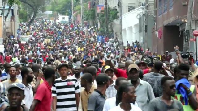 cientos de personas salieron a las calles de puerto principe a protestar contra el presidente michel martelly despues de que el gobierno decidiera... - hispaniola stock videos & royalty-free footage