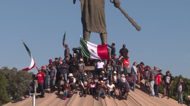 vídeos y material grabado en eventos de stock de cientos de personas salieron el domingo a las calles de la ciudad mexicana de tijuana fronteriza con estados unidos en dos manifestaciones... - ee.uu