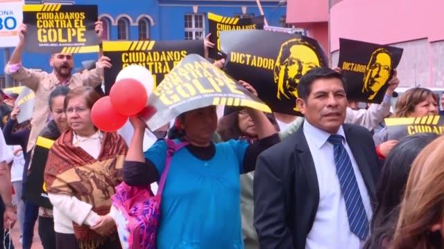 cientos de peruanos marcharon el lunes en lima gritando democracia si dictadura no en rechazo a la disolucion del congreso que el presidente martin... - martín vizcarra stock videos & royalty-free footage