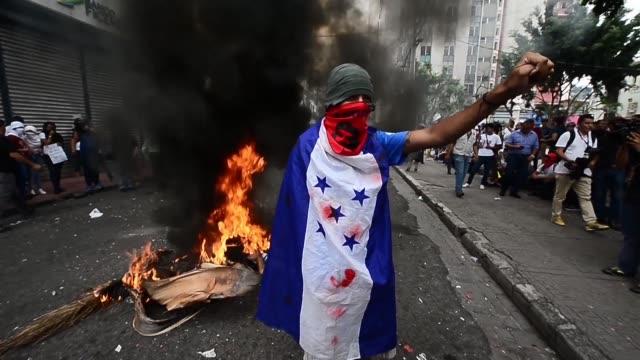 cientos de policías lanzaron el miercoles bombas de gas lacrimogeno contra miles de docentes medicos y estudiantes que protestaban en las calles de... - congreso stock videos and b-roll footage