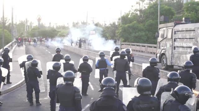 cientos de policias reprimieron con gases lacrimogenos a unos 500 estudiantes universitarios que el miercoles bloquearon un bulevar de la capital de... - bulevar stock videos & royalty-free footage
