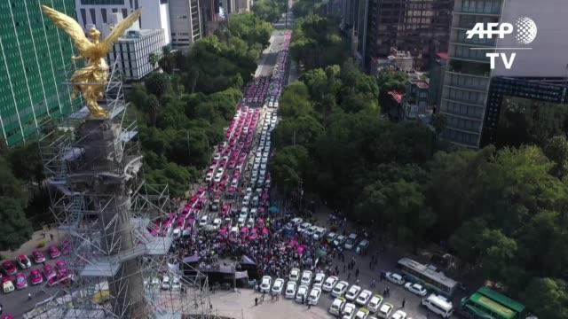 stockvideo's en b-roll-footage met cientos de taxistas bloquean el lunes importantes avenidas de ciudad de mexico causando caos vehicular en la megalopolis de mas 20 millones de... - transporte