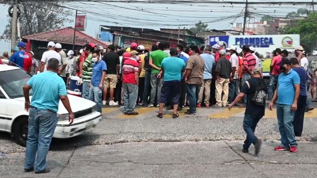 cientos de taxistas hondureños invadieron el miércoles un transitado bulevar de tegucigalpa en demanda de un bono gubernamental, ante la falta de... - bulevar stock videos & royalty-free footage