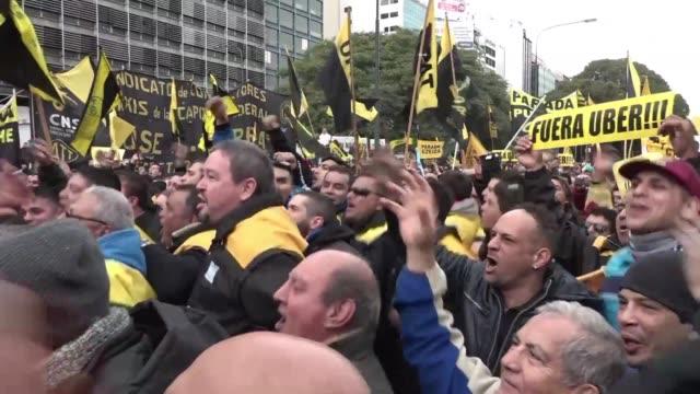 cientos de taxistas paralizaron buenos aires al grito de fuera uber de argentina en su mayor protesta desde que la empresa comenzo a operar en el pais - sindicatos stock videos & royalty-free footage