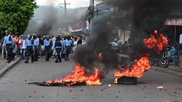 cientos de vendedores del mercado zonal belén, en la capital hondureña, bloquearon el viernes un transitado bulevar para reclamar que se les permita... - bulevar stock videos & royalty-free footage