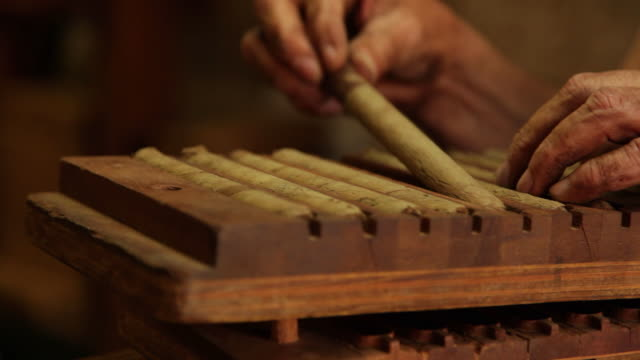 stockvideo's en b-roll-footage met cigar maker at work - cuba