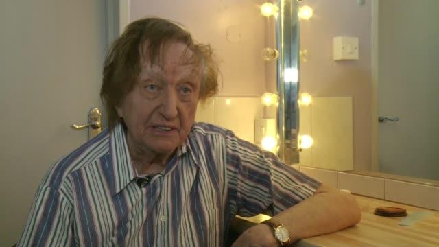 vidéos et rushes de career highlights eastbourne ken dodd interview sot - ken dodd