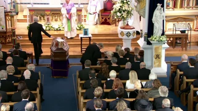 cilla black funeral paul o'grady making his way to the pulpit - paul o'grady stock-videos und b-roll-filmmaterial