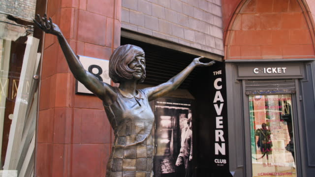 cilla black statue on mathew street, liverpool - pop music stock-videos und b-roll-filmmaterial