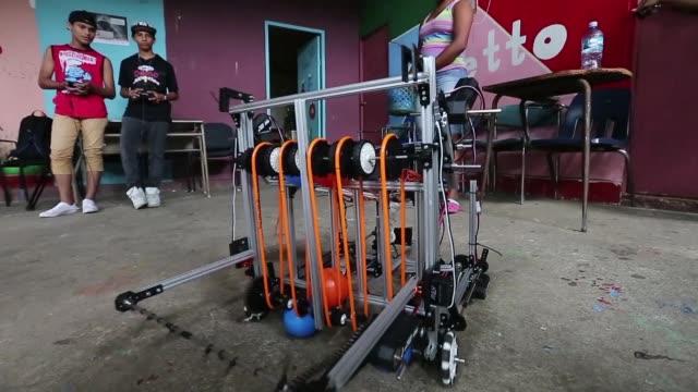 cinco adolescentes apasionados por las matematicas y la física de un barrio marginal de la capital nicaraguense ponen en marcha su primera creacion... - física stock videos & royalty-free footage