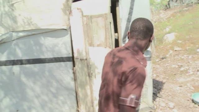 cinco anos despues del terremoto que mato a unas 300.000 personas en haiti muchos siguen viviendo bajo lonas en precarias viviendas a la espera de... - port au prince stock videos & royalty-free footage