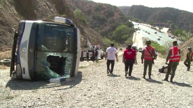 Cinco jugadores y el preparador fisico del club Huracan de Argentina resultaron heridos este miercoles al volcar el autobus que los trasladaba al...