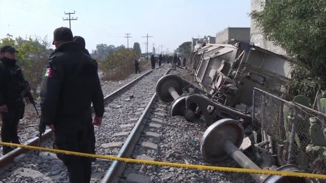 cinco miembros de una familia entre ellos tres menores murieron el jueves cuando su fragil casa fue destruida por toneladas de maiz que fueron... - tren de carga stock videos and b-roll footage