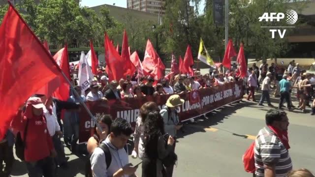 cinco mil empleados publicos marcharon el jueves en santiago para reclamar la falta de receptividad del gobierno del presidente sebastian pinera y... - sindicatos stock videos & royalty-free footage