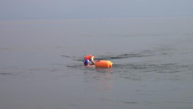 cinco nadadores rusos cruzaron el miércoles las aguas heladas del lago baikal en siberia para llamar la atención sobre las amenazas que pesan contra... - agua dulce stock videos & royalty-free footage